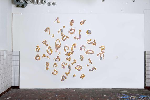 1, ohne-Titel, 2019, Wandinstallation, Acryl auf PU-Schaum, 52-teilig, 250 cm x 280 cm